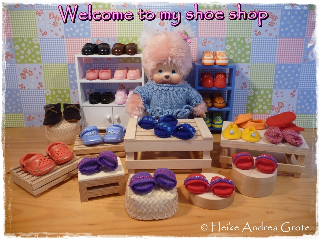 Monchhichi friends visit a shoe shop
